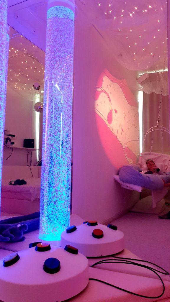 Bublinkový valec - práca s farbami v Snoezelene