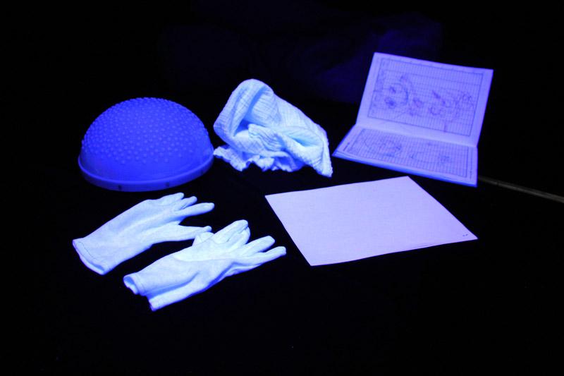 Biele predmety v multisenzorickej miestnosti krásne vyniknú